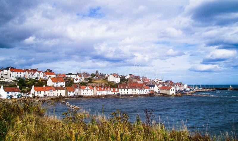 Escócia, vila do pífano, casas do beira-mar na fileira pelo Mar do Norte, com porto imagem de stock