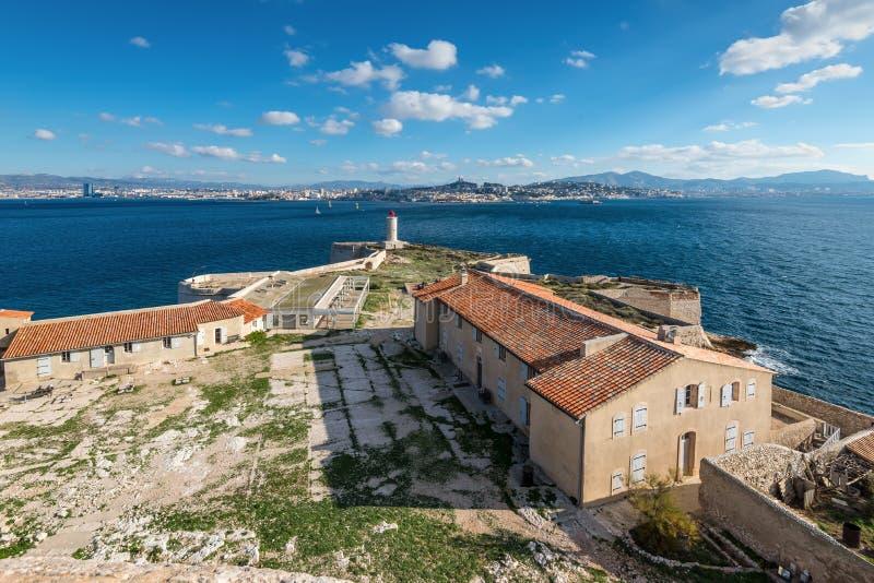 Escúdese el ` del castillo francés d si, cerca de Marsella Francia En día caliente soleado adentro imagen de archivo