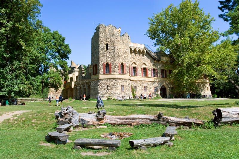 Escúdese el hrad de Januv, parque de Lednice (la UNESCO), República Checa foto de archivo libre de regalías