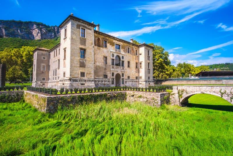 Escúdese el palacio de Albere de la hierba seca del foso de la fosa en Trento Trentino Italia imagen de archivo