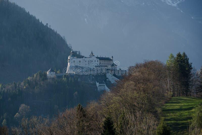 Escúdese Hohenwerfen en las montañas austríacas, mañana de niebla imágenes de archivo libres de regalías