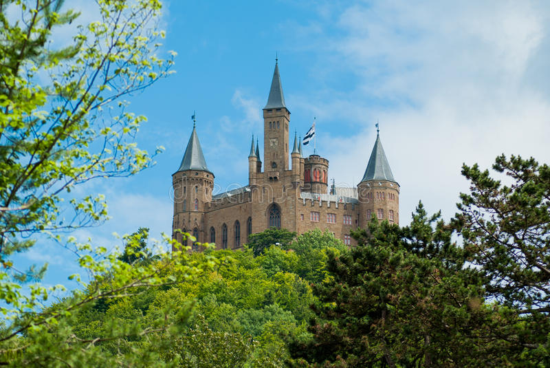 Escúdese Hohenzollern en el cielo azul cómo fondo fotos de archivo