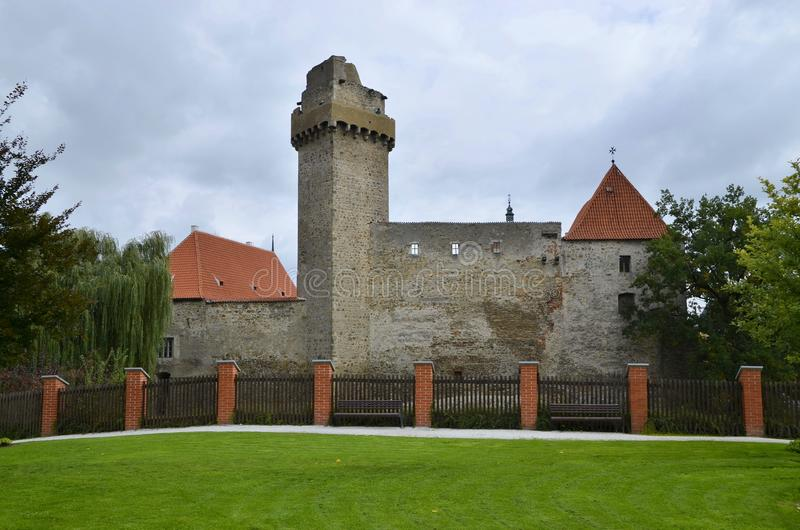 Escúdese la torre y escúdese las paredes en Strakonice, República Checa imagenes de archivo