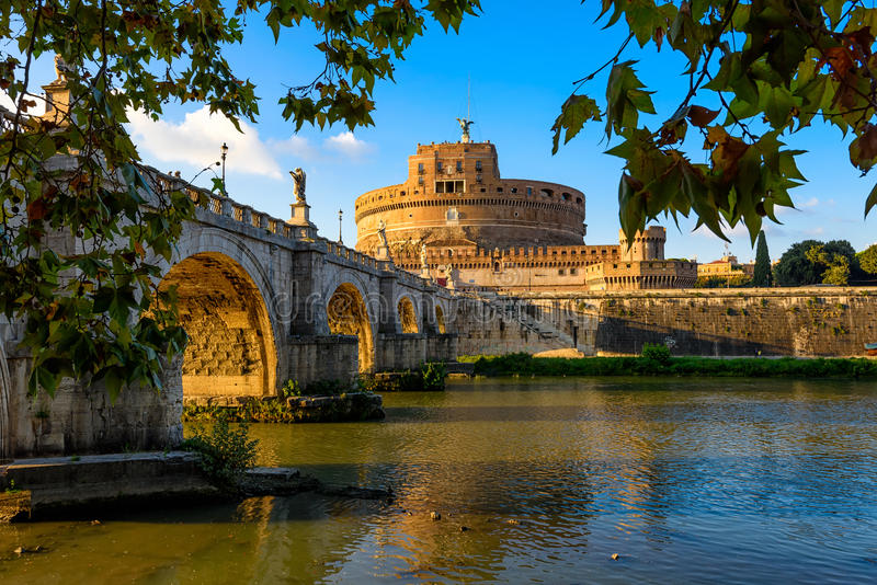Escúdese a Sant Angelo Mausoleum de Hadrian, del puente Sant Ángel y del río Tíber en los rayos de la puesta del sol en Roma imagen de archivo libre de regalías