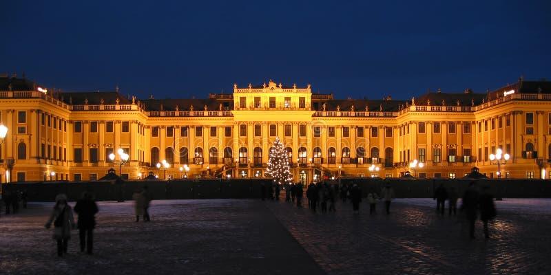 Escúdese Schoenbrunn por noche - Wien/Viena foto de archivo