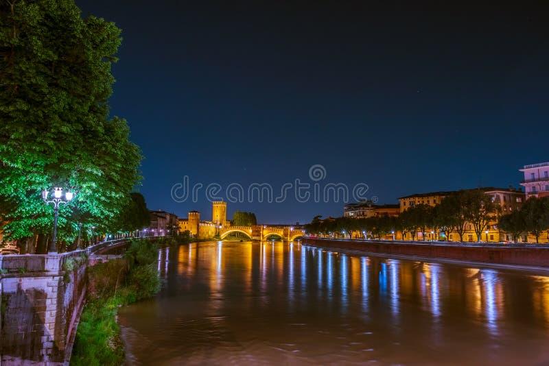 Escúdese Vecchio en la noche de verano en Verona, Italia imágenes de archivo libres de regalías