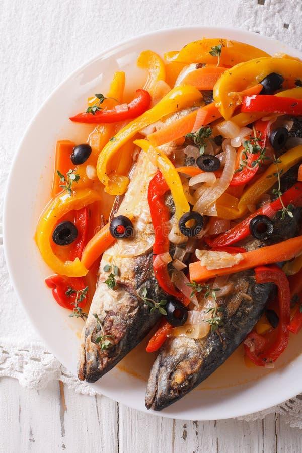 Escabeche рыб скумбрии с концом-вверх овощей Вертикаль к стоковое фото
