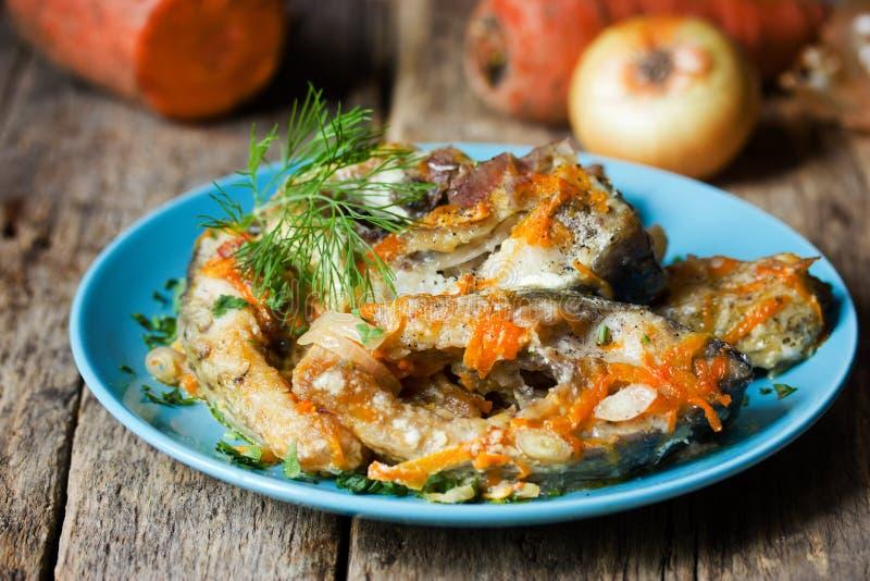 Escabeche рыб с овощами, marinated рыбами с луком и стоковая фотография