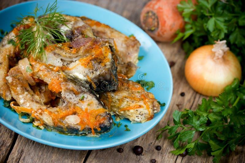 Escabeche рыб с овощами, marinated рыбами с луком и стоковое фото