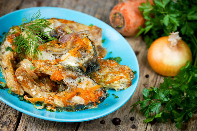 Escabeche рыб с овощами, marinated рыбами с луком и стоковые фото