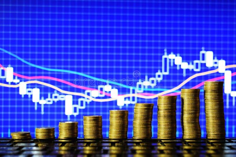 Escada à riqueza das moedas douradas isoladas no fundo da carta dos estrangeiros imagem de stock royalty free