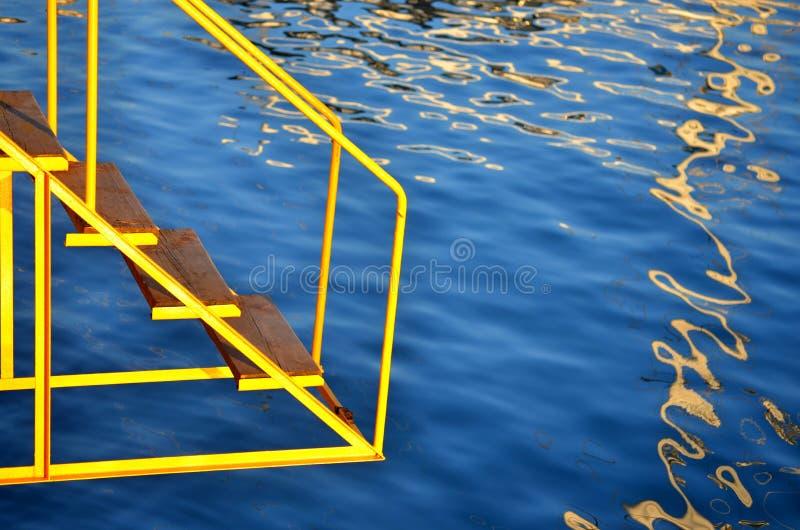 Escada amarela ao mar fotos de stock