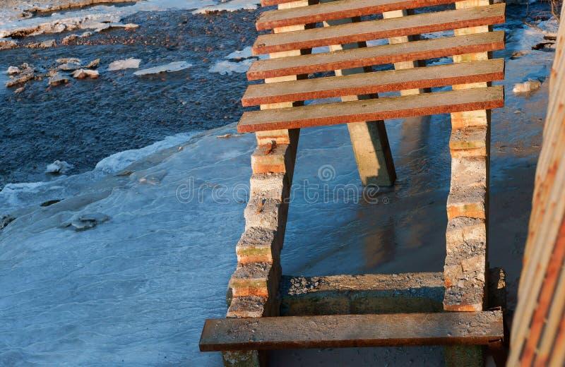 A escada ao mar destruído, o elemento do mar estragou a descida da escada a costa ao mar, mar após uma tempestade foto de stock