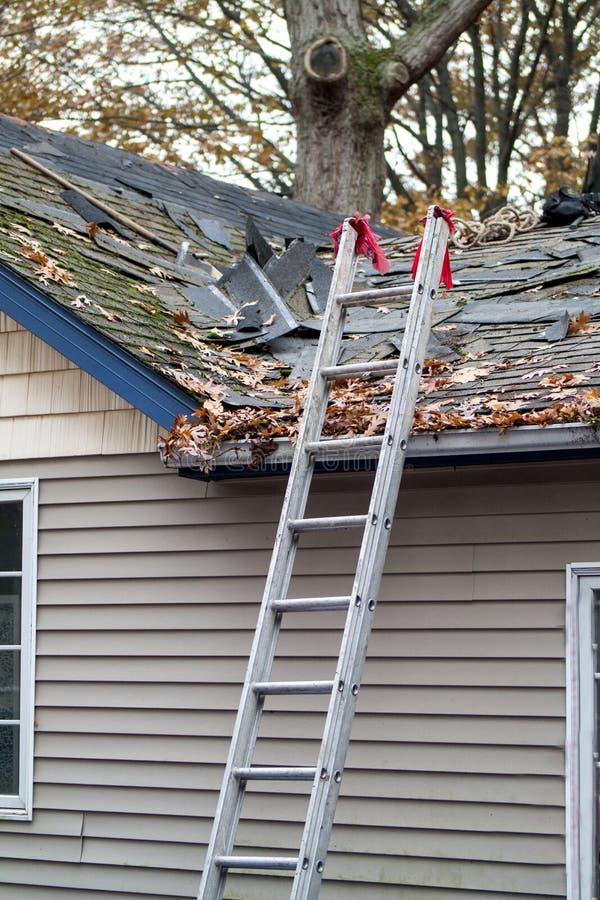 Escada até a remoção do telhado fotografia de stock royalty free