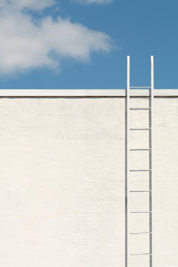 Escada branca ao céu azul fotografia de stock