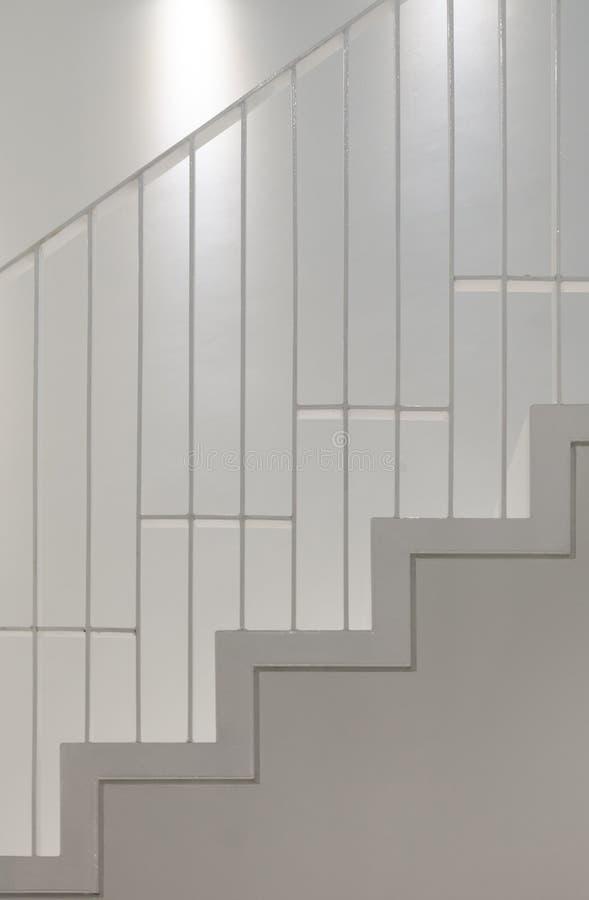 Escada branca com trilho de mão imagens de stock royalty free