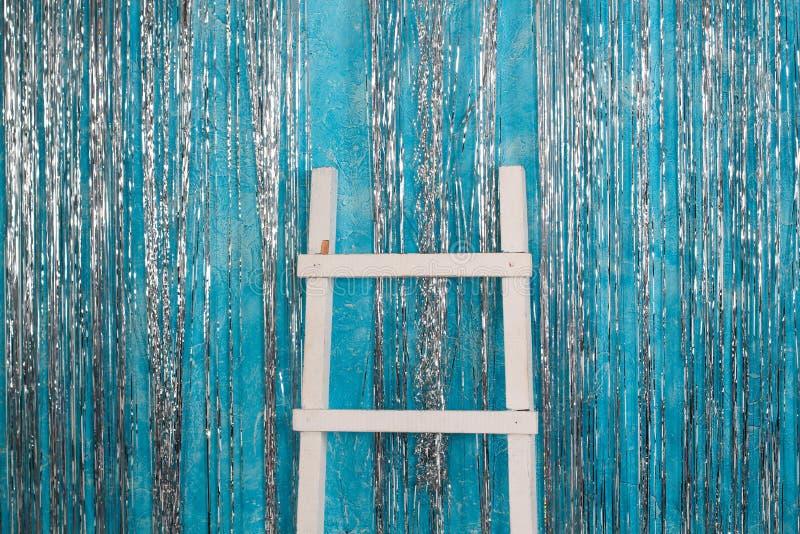 A escada branca de ano novo escada branca com as decorações de ano novo, fundo azul do ano novo foto de stock royalty free