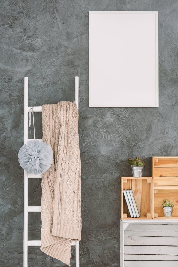 Escada branca em uma sala imagens de stock royalty free