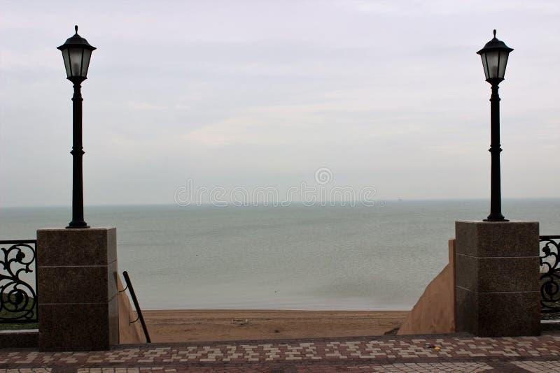Escada com as lâmpadas de rua na descida ao mar no offseason fotografia de stock royalty free