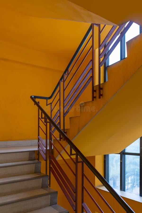 Escada com banister metálico vermelho arquitetura moderna de construção imagem de stock