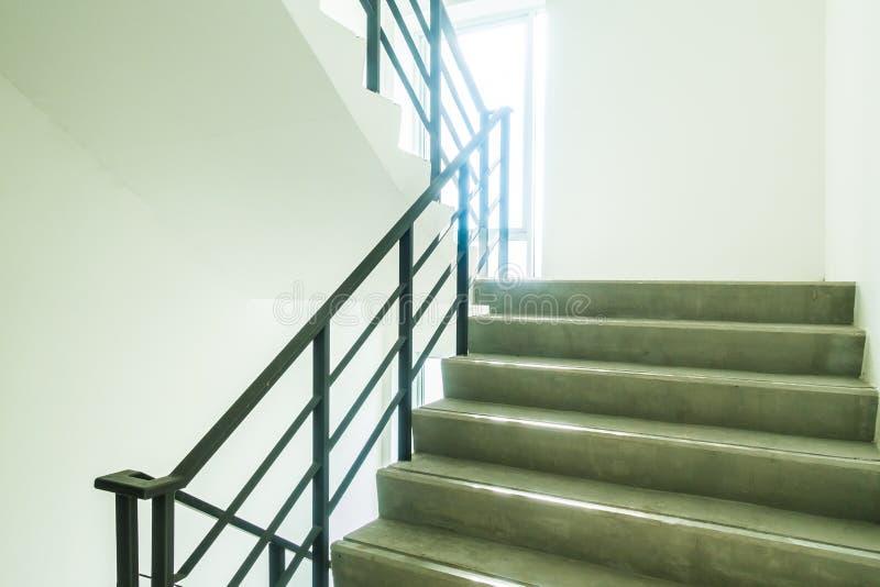 Escada da emergência e da saída da evacuação imagens de stock royalty free
