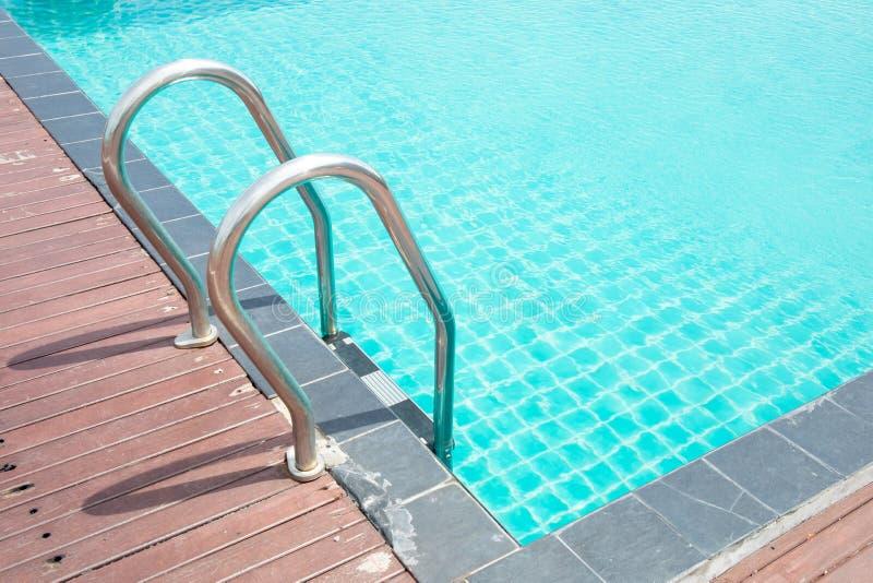 Escada da piscina imagem de stock