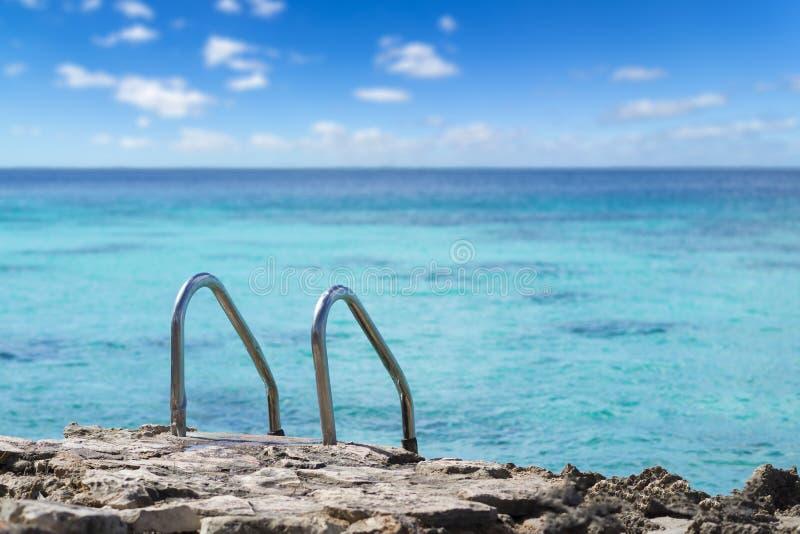 Escada da piscina no mar das caraíbas C?u e mar bonitos cuba Espa?o livre para o texto imagens de stock royalty free