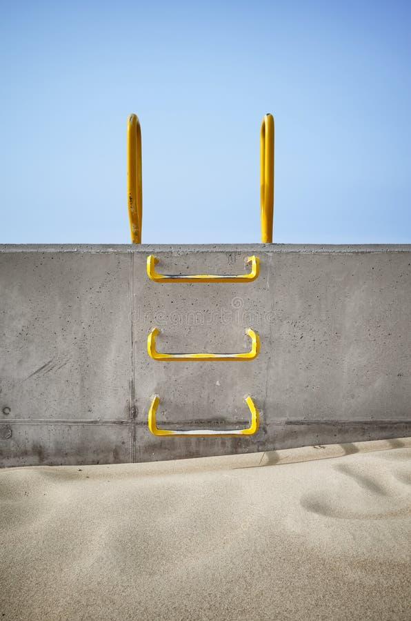 Escada de aço encaixada em um muro de cimento fotografia de stock