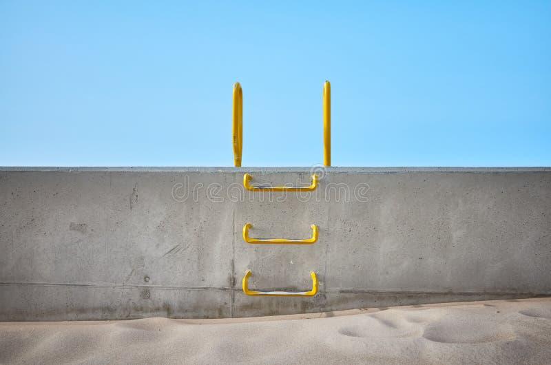 Escada de aço encaixada em um muro de cimento imagens de stock