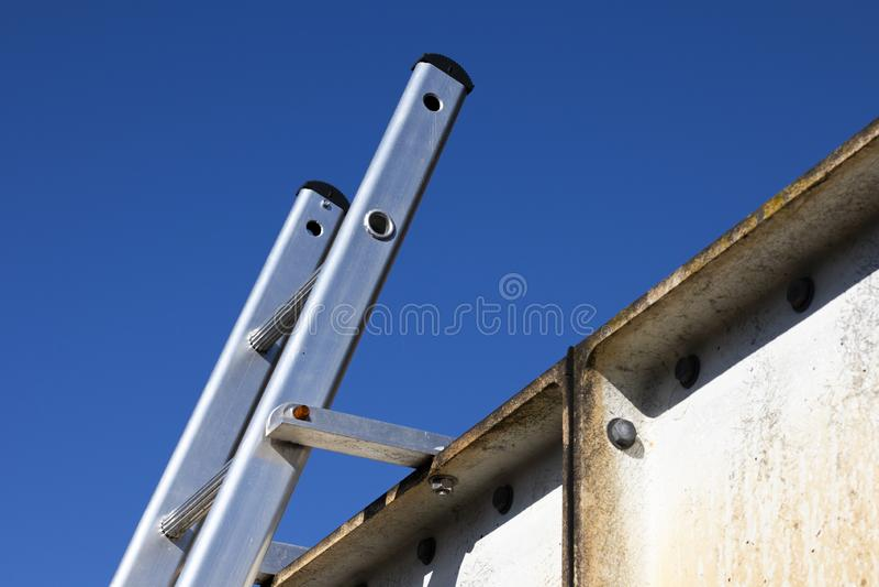Escada de alumínio prendida firmemente na parte superior fotos de stock