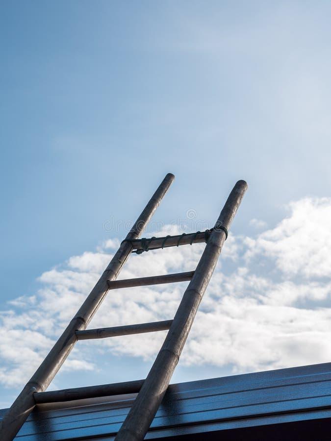 Escada de bambu sob o céu azul claro imagem de stock royalty free