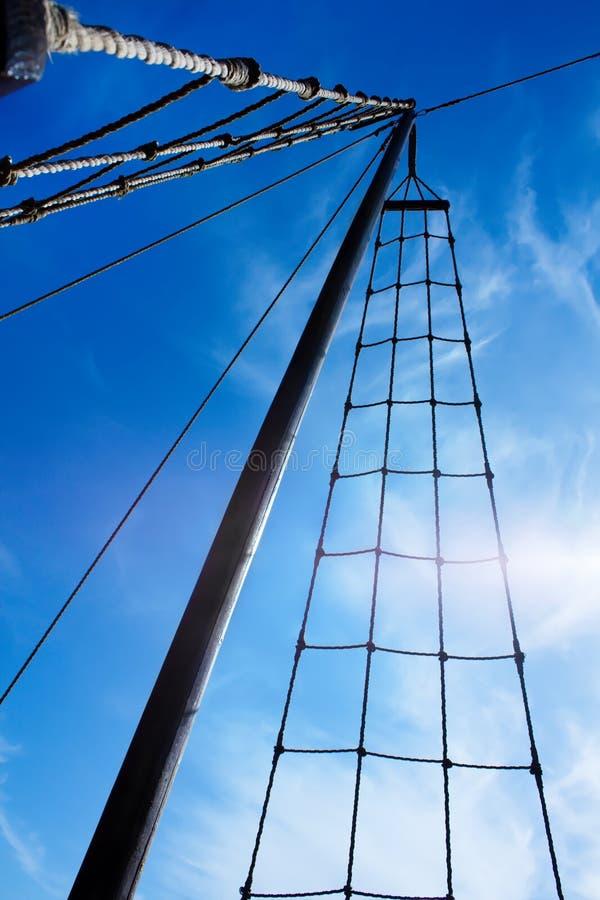Escada de corda marinha. Escada em cima no mastro. imagens de stock royalty free