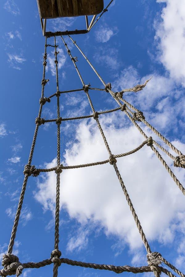 Escada de corda velha contra o céu nebuloso fotografia de stock