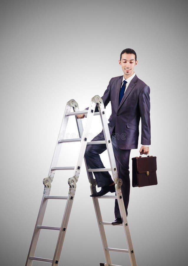 Escada de escalada da carreira do homem de negócios contra fotos de stock