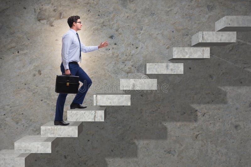 A escada de escalada da carreira do homem de negócios no conceito do negócio foto de stock royalty free
