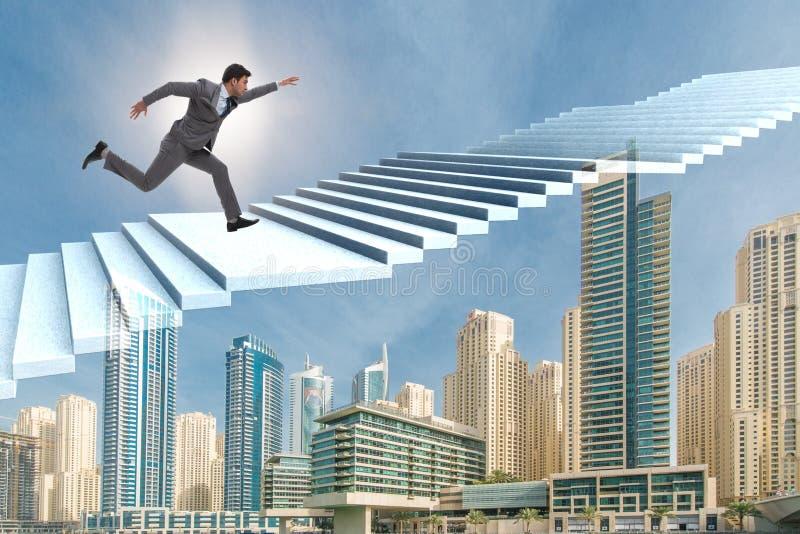 A escada de escalada da carreira do homem de negócios sobre a cidade imagens de stock royalty free