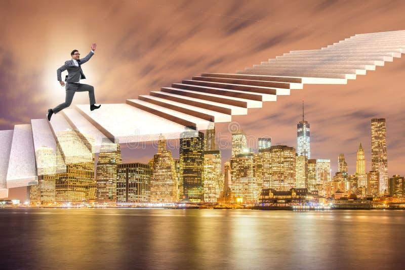 A escada de escalada da carreira do homem de negócios sobre a cidade fotos de stock royalty free