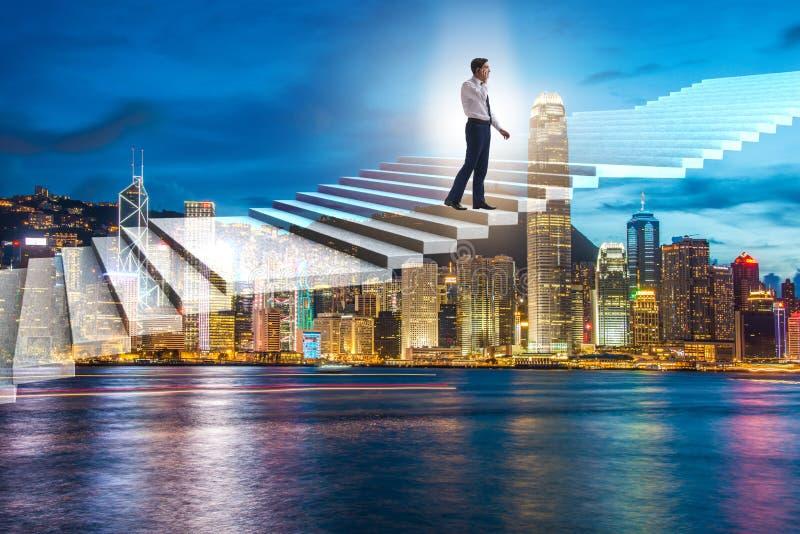 A escada de escalada da carreira do homem de negócios sobre a cidade fotografia de stock royalty free