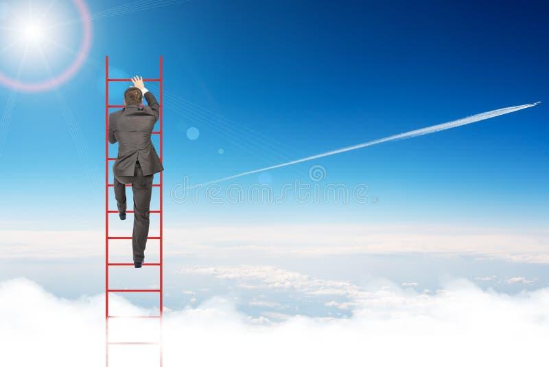 Escada de escalada do homem de negócios no céu foto de stock royalty free