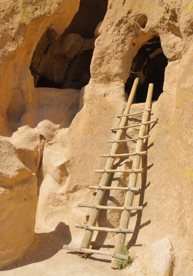 Escada de madeira à moradia de penhasco fotografia de stock