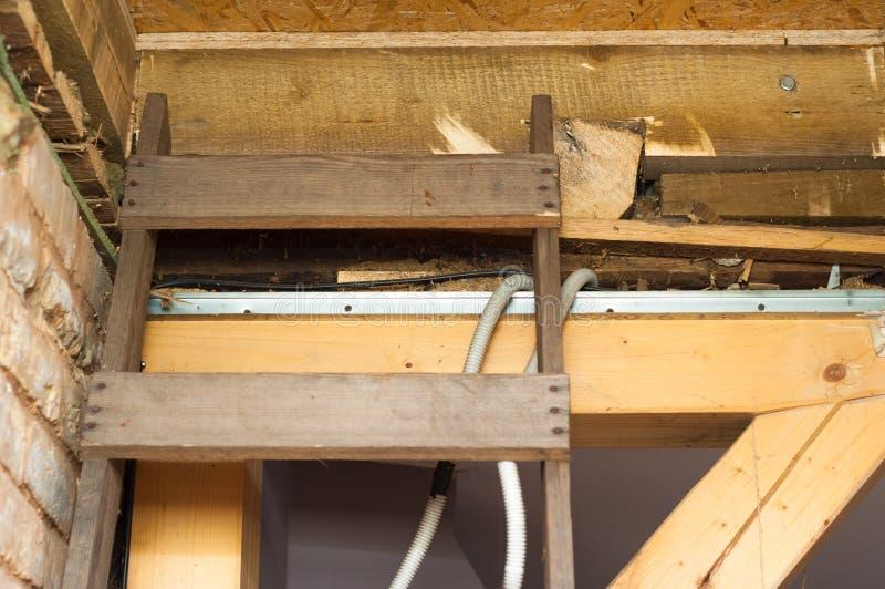Escada de madeira colocada ao furo do sótão foto de stock royalty free