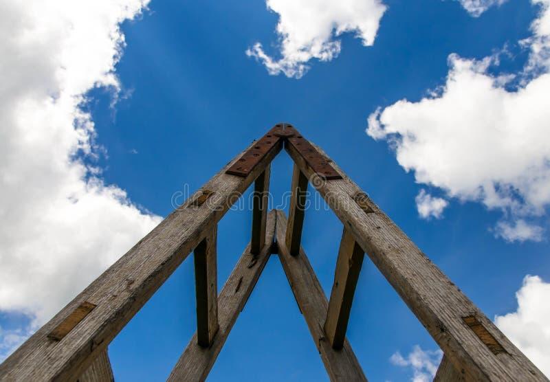 Escada de madeira com encaixes do metal contra o céu azul perfeito foto de stock royalty free