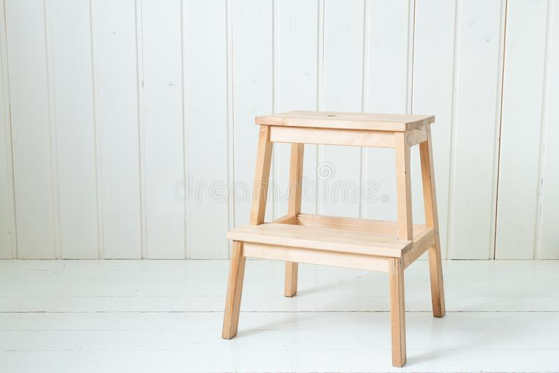 Escada de madeira na sala branca Estilo escandinavo imagens de stock