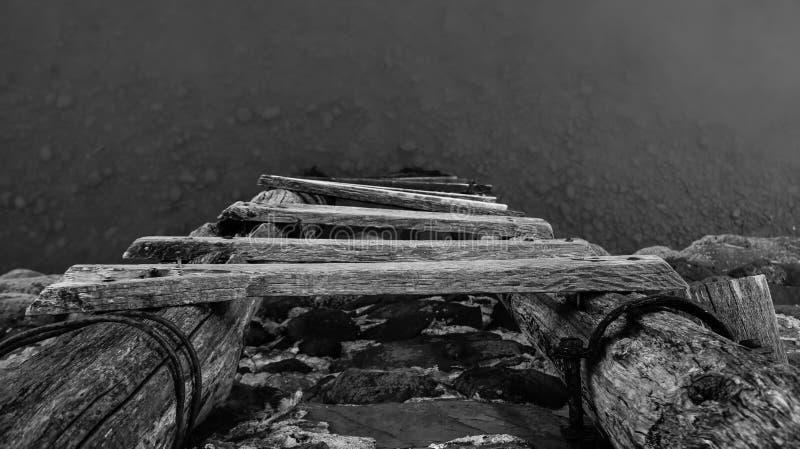 Escada de madeira velha à linha de flutuação imagens de stock royalty free