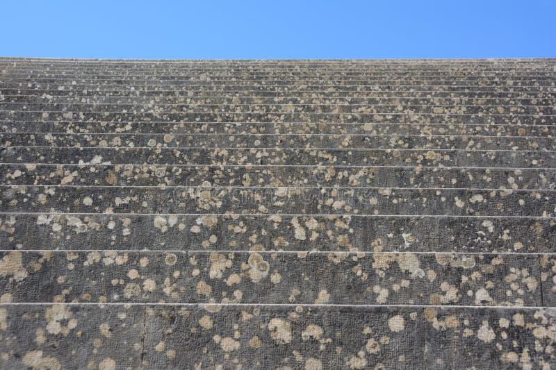 Escada de pedra antiga antiga acima fotos de stock royalty free
