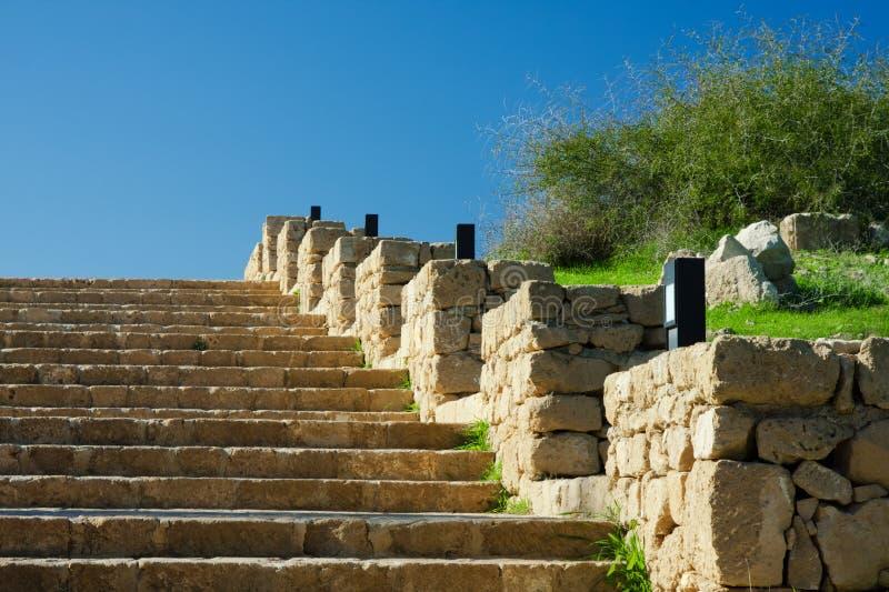 Escada de pedra ao céu azul imagem de stock royalty free