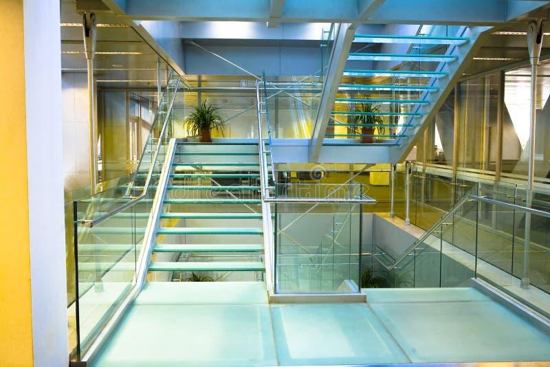 Escada de vidro com assoalho de vidro fotos de stock