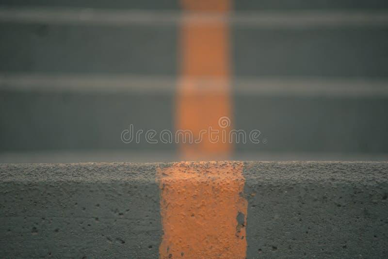 Escada do concreto ou do cimento com linha amarela fotos de stock royalty free