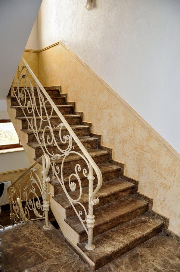 Escada do mármore italiano, com cerco forjado imagens de stock royalty free