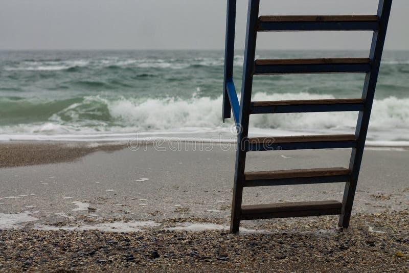 Escada do metal com etapas de madeira ao mar imagem de stock royalty free